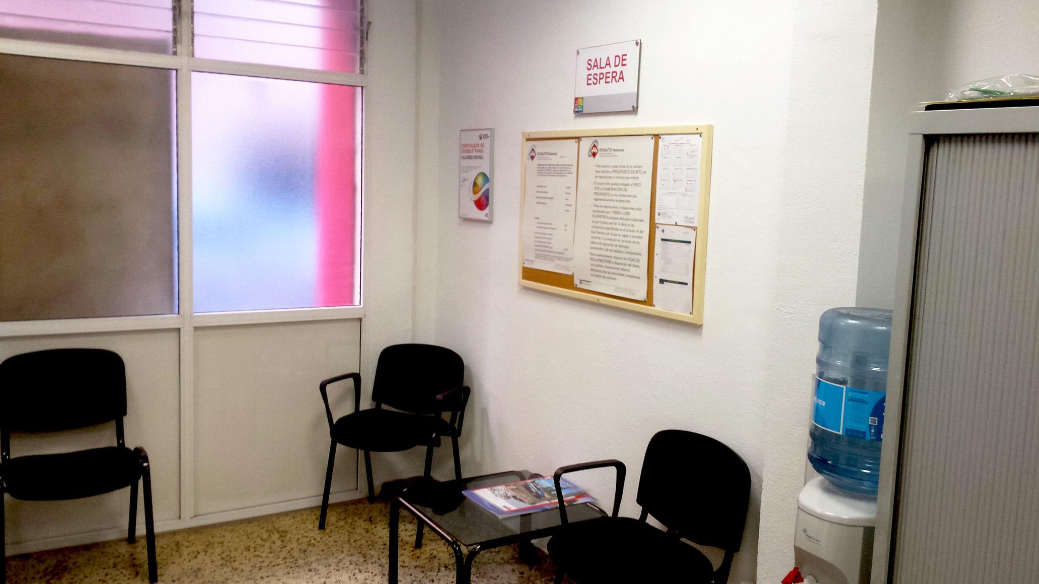 Sala de espera con wifi para atender a nuestros clientes.