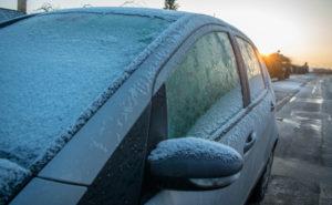 La DGT alerta del riesgo de poner la calefacción a temperatura muy elevada durante la ola de frío: podría romper el parabrisas